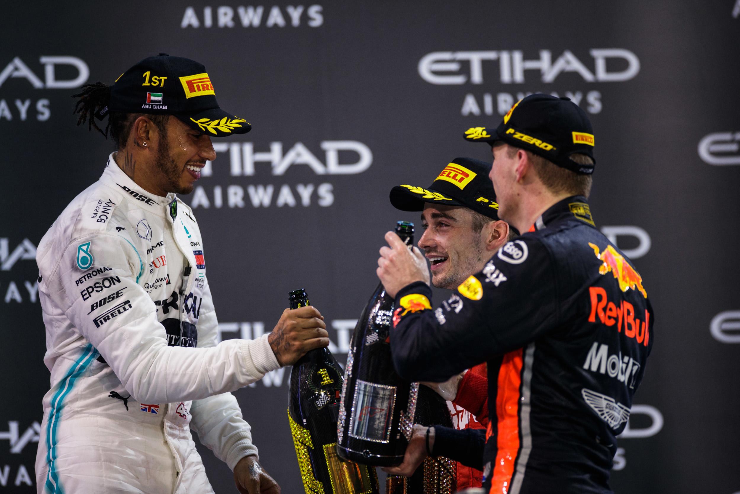 Με στρατηγική μιας αλλαγής κέρδισε στο τελευταίο GRAND PRIX ο Lewis Hamilton