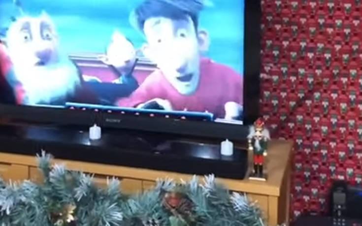 Κάλυψε όλο το σαλόνι της με χριστουγεννιάτικο χαρτί περιτυλίγματος