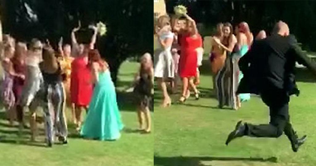 Άντρας άρχισε να «τρέχει για να σωθεί» όταν η κοπέλα του έπιασε την ανθοδέσμη σε έναν γάμο