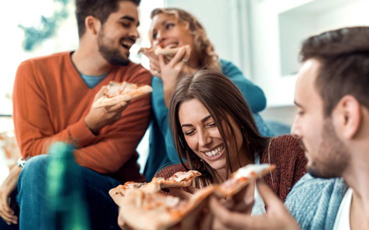Σεφ προτείνει τρόπο για να τρώμε την πίτσα