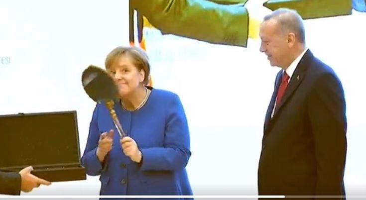 Η τρελή χαρά της Μέρκελ όταν είδε τα δώρα που της έκανε ο Ερντογάν