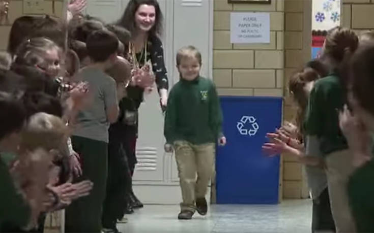 Αγοράκι επέστρεψε νικητής από τη λευχαιμία στο σχολείο και η υποδοχή του ήταν υπέροχη