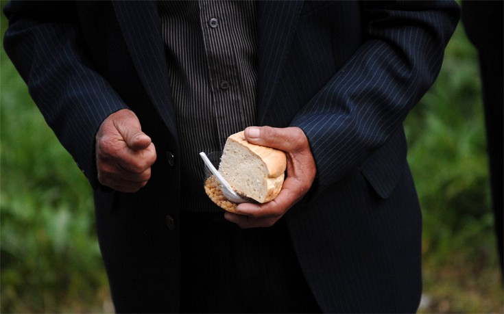 Λάρισα: Διαστάσεις παίρνει το χαστούκι του ιερέα σε πιστή επειδή πήρε δεύτερο αντίδωρο