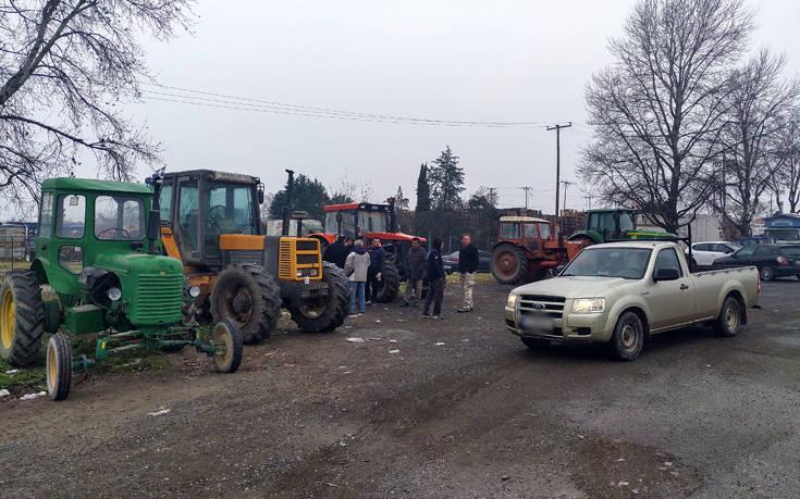 Έβγαλαν τα τρακτέρ στους δρόμους οι αγρότες του Τυρνάβου
