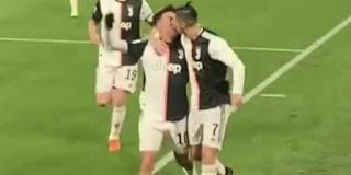 Πανηγύρισαν το γκολ με ένα φιλί στο στόμα
