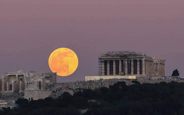 Πανσέληνος του λύκου: Εντυπωσιακές εικόνες με το ολόγιομο φεγγάρι στην Αθήνα