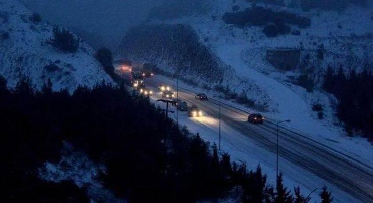 Πέφτει χιόνι στη Φθιώτιδα-Μάχη για να κρατηθούν οι δρόμοι ανοιχτοί