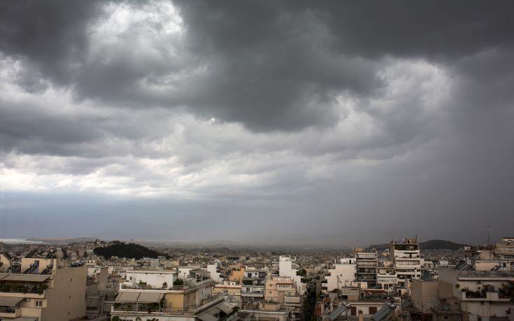 Καιρός: Συννεφιασμένη Κυριακή με λίγες βροχές