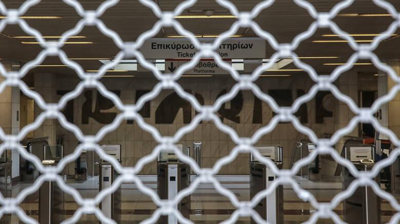 """24ωρη απεργία νεκρώνει την Αθήνα: """"Παραλύουν"""" Δημόσιο και μέσα μεταφοράς"""