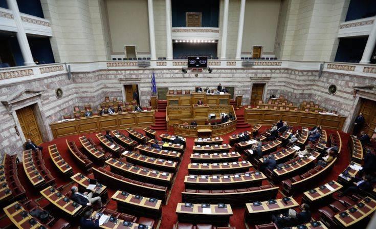 Σκληρή κόντρα πολιτικών αρχηγών στη Βουλή για τα εργασιακά