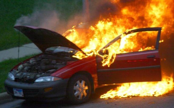 Στις φλόγες δύο αυτοκίνητα τα ξημερώματα στη Θεσσαλονίκη