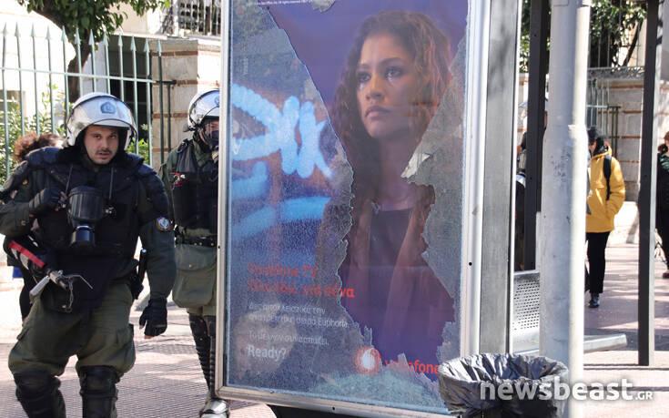 Έσπασαν στάσεις λεωφορείων στην Πανεπιστημίου στη διάρκεια της μαθητικής πορείας