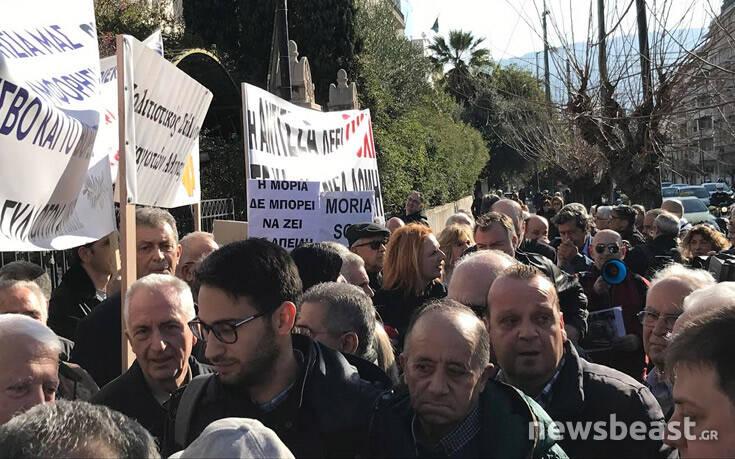 Προσφυγικό: Σε εξέλιξη η διαμαρτυρία νησιωτών στο υπουργείο Εσωτερικών