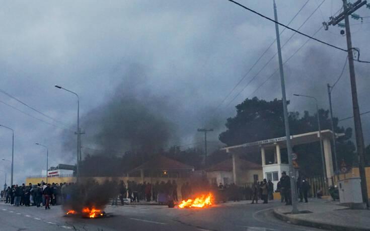 Λέσβος: Εισέβαλαν σε ξενοδοχείο όπου έμεναν τα ΜΑΤ και τους έκαψαν τα πράγματα