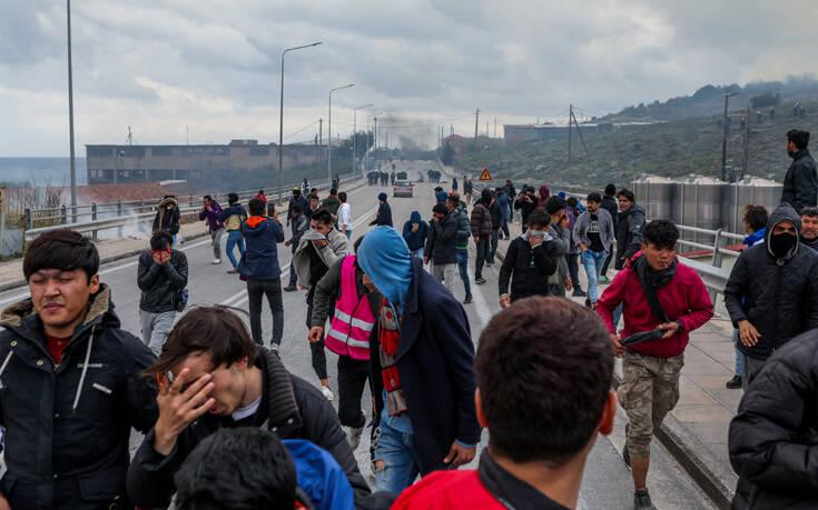 Φωτιές, οδομαχίες και δακρυγόνα στη Μόρια – Δείτε φωτογραφίες