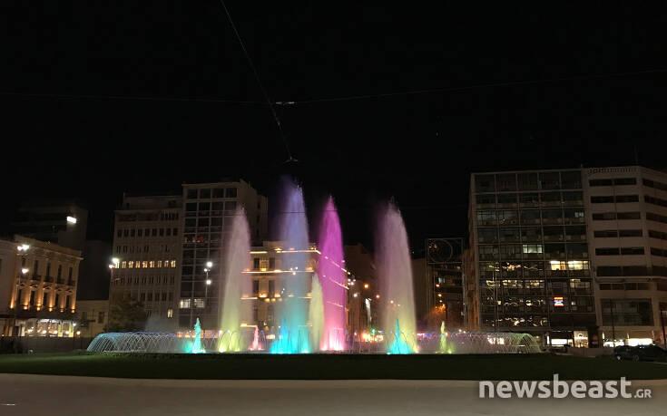 Νέες εικόνες από το συντριβάνι της πλατείας Ομονοίας: Οι εναλλαγές των χρωμάτων εντυπωσιάζουν