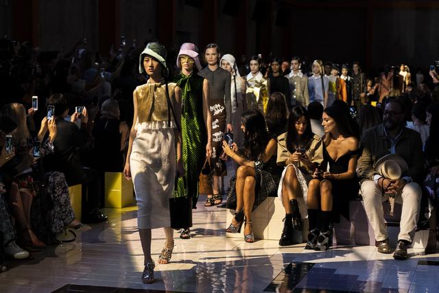 Κορονοϊός: Νέες δωρεές από Prada, Sergio Rossi, Santoni και Coccinelle