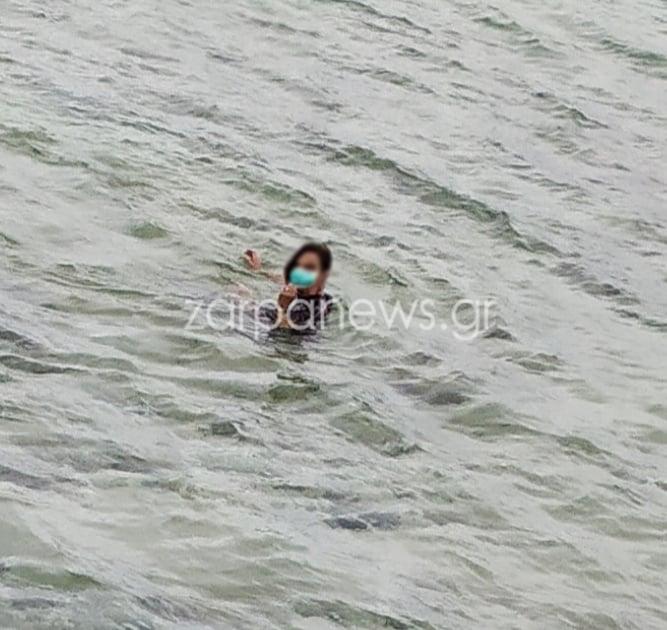Χανιά: Γυναίκα μπήκε στη θάλασσα με χειρουργική μάσκα [φωτο]