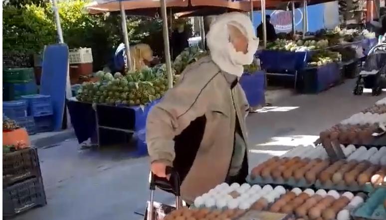 Παππούς πήγε στην λαϊκή με μπεμπιλίνο στο κεφάλι για να προστατευθεί από τον κορωνοϊό