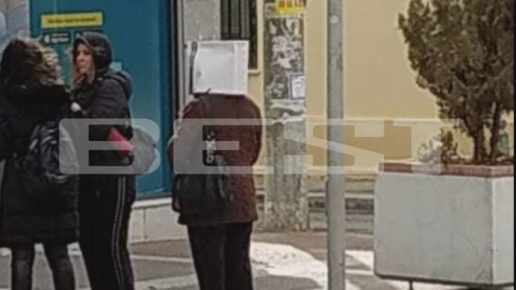 Πολίτης στην Καλαμάτα βγήκε με σακούλα στο κεφάλι για να προστατευτεί από τον κοροναϊό