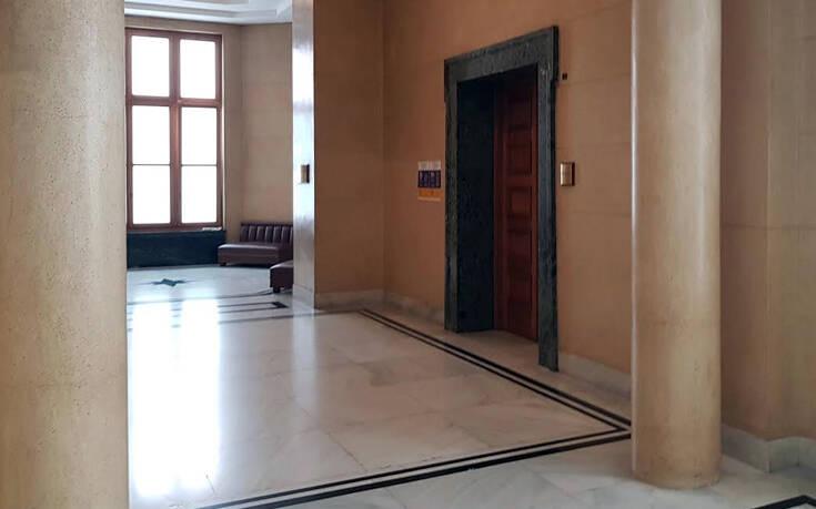 Αφίσα έξω από το ιατρείο της Βουλής για τον κορονοϊό