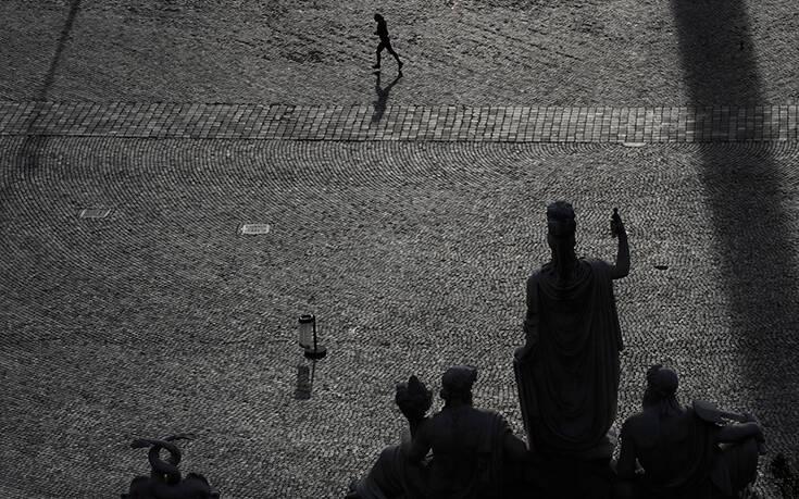 Ιταλία: Οι πολίτες τραγουδούν από τα μπαλκόνια τους ενώ είναι σε καραντίνα