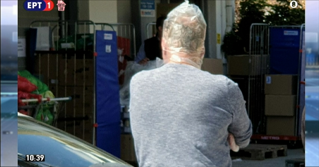 Άντρας πήγε στο σούπερ μάρκετ καλύπτοντας όλο το κεφάλι του με νάιλον