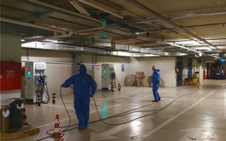 Πρωτόγνωρες εικόνες από τη Βουλή: Ειδικά συνεργεία απολυμαίνουν την αίθουσα της Ολομέλειας λόγω κορονοϊού