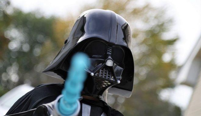 Κορονοϊός: Χανιά – Φόρεσε στολή Darth Vader για να πάει σούπερ μάρκετ