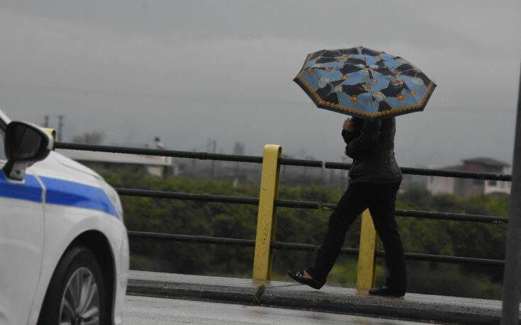 Καιρός: Βροχές και πτώση της θερμοκρασίας – Πού θα πέσουν χιόνια