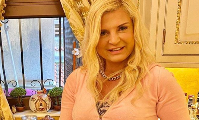 Κορωνοϊός: Η Μαρίνα Πατούλη, χαρούμενη νοικοκυρά, με νέα πιάτα στην ολόχρυση κουζίνα [Εικόνες]