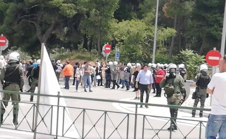 Έξι τραυματίες αστυνομικοί και πέντε προσαγωγές ο απολογισμό της έντασης στη Μαλακάσα