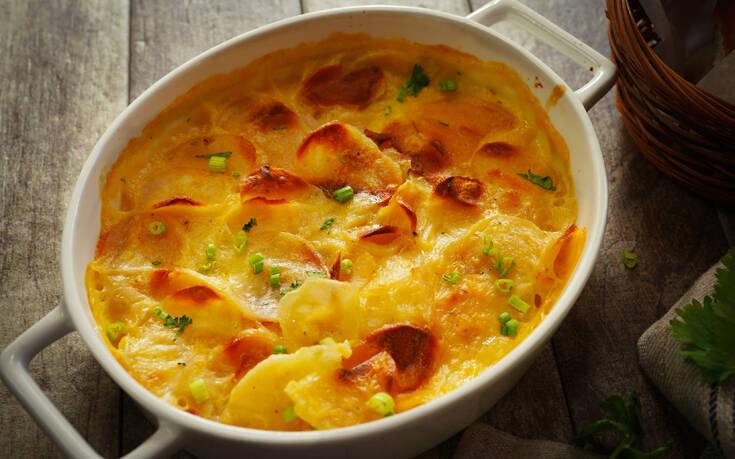Πατάτες ογκρατέν με κρεμώδη σάλτσα τυριών