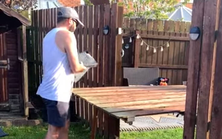 Γείτονες μετέτρεψαν τον φράχτη τους σε… τραπέζι λόγω καραντίνας