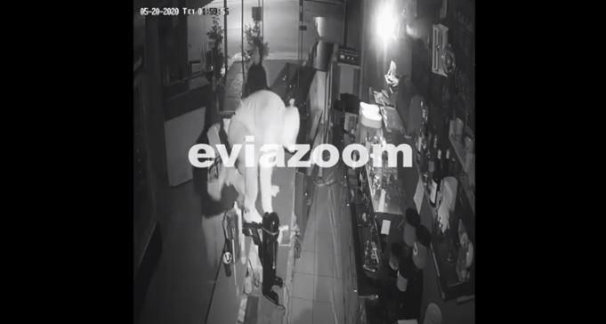Χαλκίδα: Καρέ καρέ η στιγμή της διάρρηξης σε καφετέρια (βίντεο)