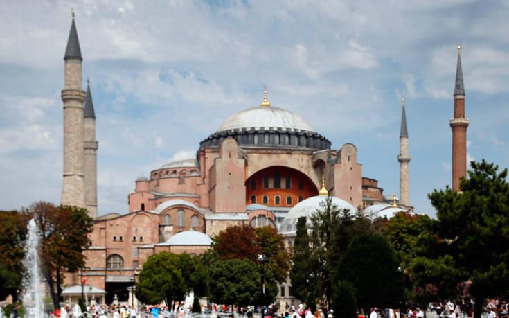 Πέτσας: Ενοχλητική και προς αποδοκιμασία η φιέστα των Τούρκων στην Αγιά Σοφιά