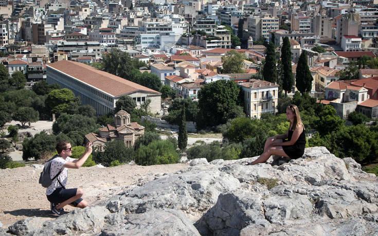 Θεοχάρης στο BBC: Θα διαφυλάξουμε την υγεία των Ελλήνων και των τουριστών