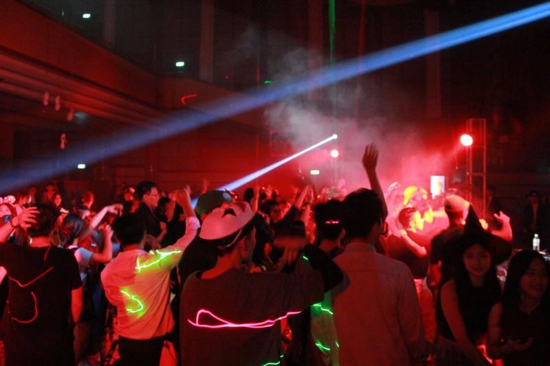 Αδιανόητο: Έκαναν πάρτι με strip tease δίπλα από εκκλησία στη Μύκονο