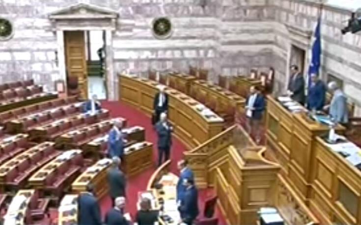 Βίντεο που φέρεται να αποκαλύπτει παραβίαση της μυστικότητας στη σημερινή ψηφοφορία της Βουλής έδωσε ο ΣΥΡΙΖΑ