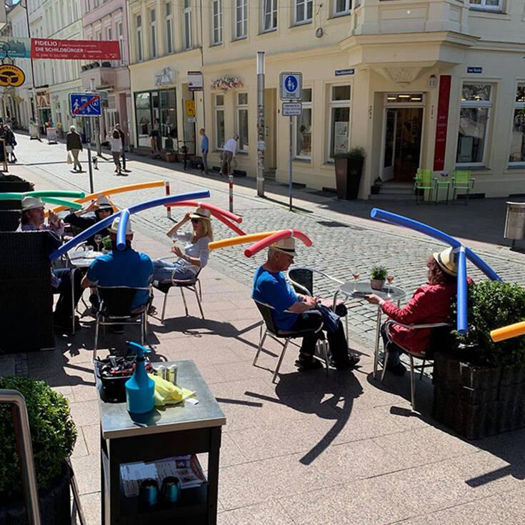 Καφετέρια στη Γερμανία μοίρασε καπέλα… έλικες για την αποφυγή συνωστισμού