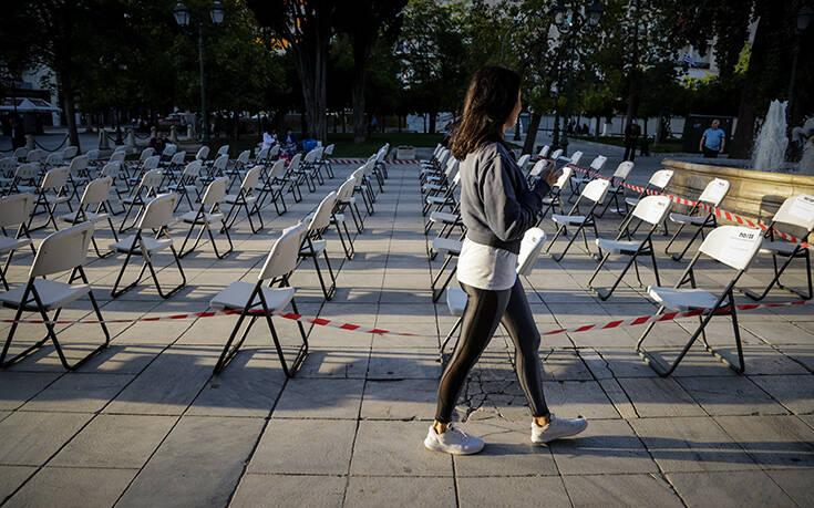 Πρωτόγνωρες εικόνες στο Σύνταγμα: Άδειες καρέκλες «παρατεταγμένες» με φόντο τη Βουλή