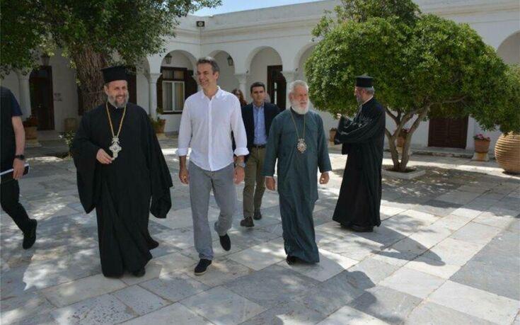 Στην Τήνο ο Κυριάκος Μητσοτάκης – Προσκύνησε την εικόνα που είχε δωρίσει ο πατέρας του στον ναό Ευαγγελιστρίας