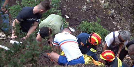 Καρέ καρέ η διάσωση άνδρα που έπεσε σε πλαγιά 30 μέτρων στα Τρίκαλα (βίντεο)
