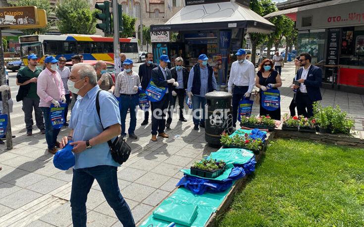 Θεσσαλονίκη: Παλαίμαχοι ποδοσφαιριστές καθάρισαν την πλατεία Ναυαρίνου