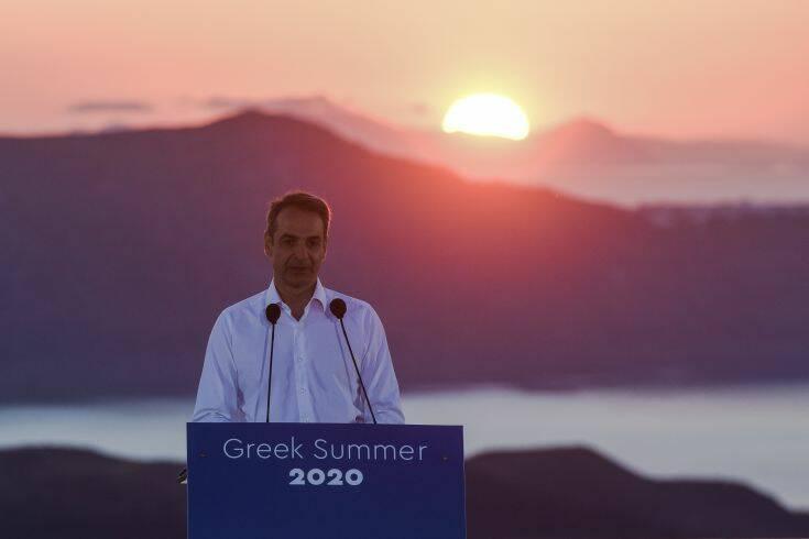 Κάλεσμα Μητσοτάκη για ασφαλείς διακοπές με φόντο το ηλιοβασίλεμα της Σαντορίνης
