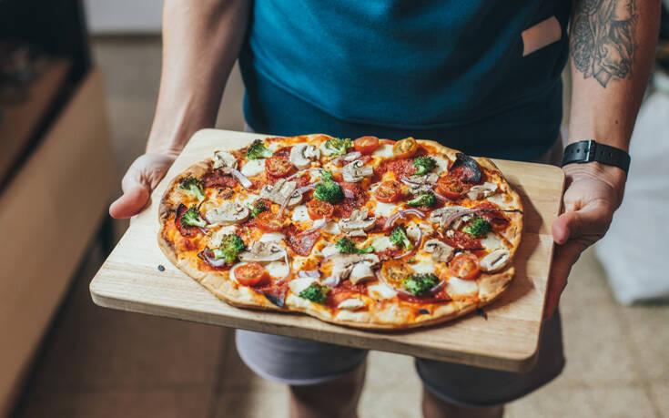 Δυο τρόποι για λαχταριστή σπιτική πίτσα