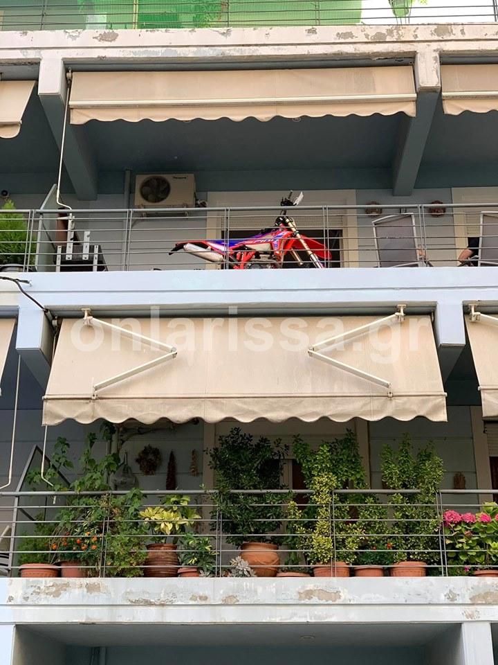 Λάρισα: Για να μην του κλέψουν τη μηχανή, την ανέβασε στο… μπαλκόνι του [φωτο]