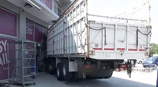 Ταύρος: Φορτηγό εισέβαλε σε κατάστημα  – Κατέληξε ο οδηγός
