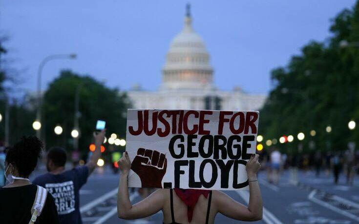 Τζορτζ Φλόιντ: Η συμβολική φωτογραφία της διαδηλώτριας που γονάτισε μπροστά σε «τείχος» αστυνομικών