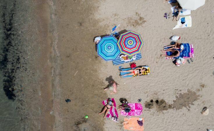 Ποια είναι η απόσταση που πρέπει να έχουμε στις παραλίες – Πόσες ξαπλώστρες επιτρέπονται, τσουχτερά πρόστιμα για τους παραβάτες